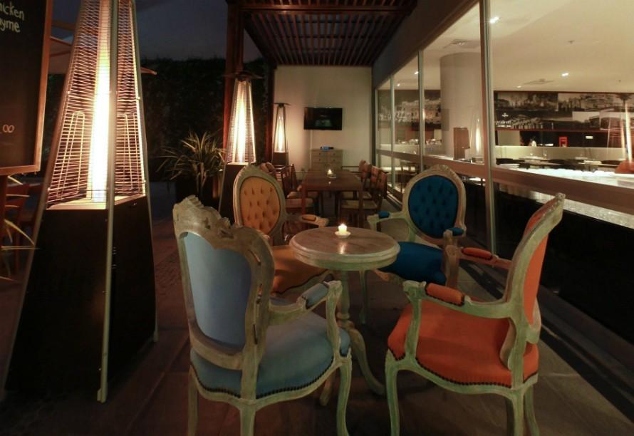 21.02 Resto & Lounge