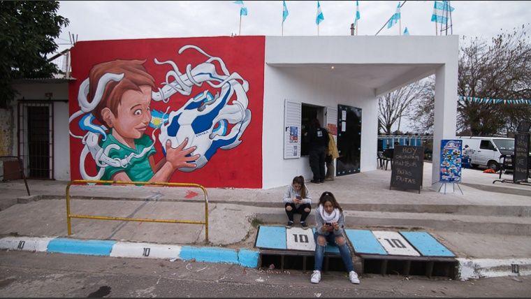 Murales de artistas internacionales decoran el barrio donde nació Messi